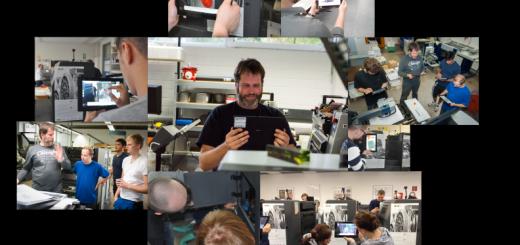 Lernende, Lehrpersonen und Ausbilder mit Tablets an unterschiedlichen Offsetdruckmaschinen
