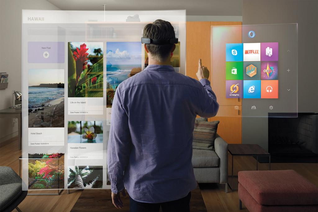 HoloLens Anwendungsbeispiel. Gezeigt ist ein Anwender, der mittels HoloLens per Fingergesten mit einem Webbrowser interagiert.