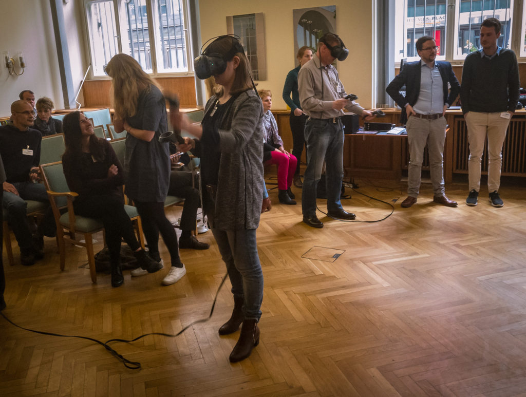 Teilnehmer auf der Roadshow Veranstaltung 2017 in Berlin experimentieren mit VR