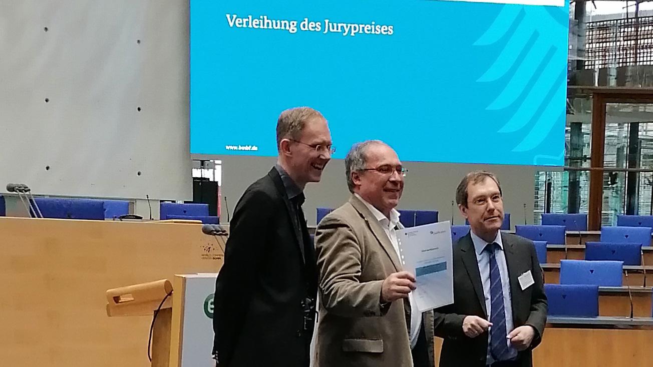 Im Bild: Preisträger Lutz Goertz, mmb Institut und Thomas Hagenhofer, ZFA mit BMBF-Referatsleiter Ingo Ruhmann