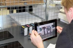 Besucher mit Tablet