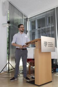 Dominic Fehling moderiert die Live-Demonstration der entwickelten Anwendung