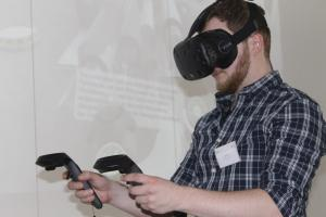 Julian Gaab demonstriert das VR-Autorenwerkzeug