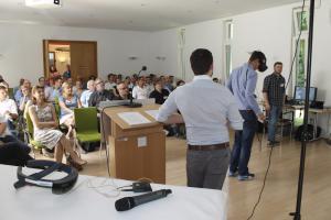 Dustin Raffler und Julian Gaab demonstrieren den Unterricht mit VR