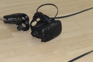 HTC Vive und Controller am Boden abgelegt