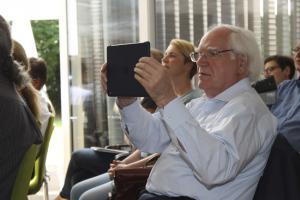 Teilnehmer nimmt die Demonstration mit seinem Tablet auf