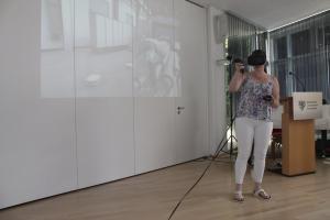 Franziska Busse demonstriert den Lernmodus