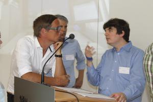 Teilnehmer in Diskussion im Saal