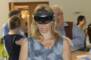 Teilnehmerin testet die Hololens