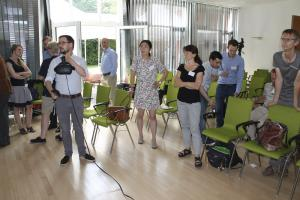 Dominic Fehling demonstriert die technische Funktionalität der HTC Vive