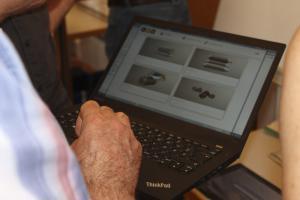 Teilnehmer testet die SAL-Anwendung am Tablet/Notebook