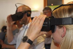 Teilnehmerin im Vordergrund mit GearVR, Teilnehmer im Hintergrund mit Oculus Rift, Focus auf der Teilnehmerin