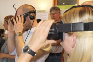 Teilnehmerin im Vordergrund mit GearVR, Teilnehmer im Hintergrund mit Oculus Rift, Focus auf dem Teilnehmer
