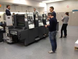 Lernende an der Druckmaschine