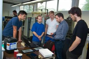 ODominic Fehling erzählt den Lernenden etwas über das Projekt