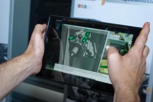 Tablet im AR-Modus auf das Markerplakat gerichtet