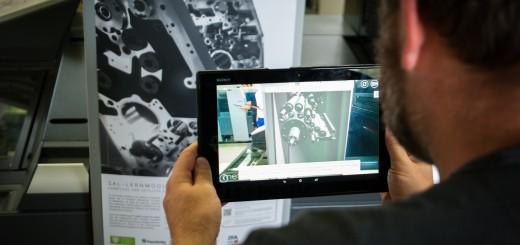 Beitragsbild: Ausbilder testet SAL-Lernanwendung im AR-Modus an einer Druckmaschine