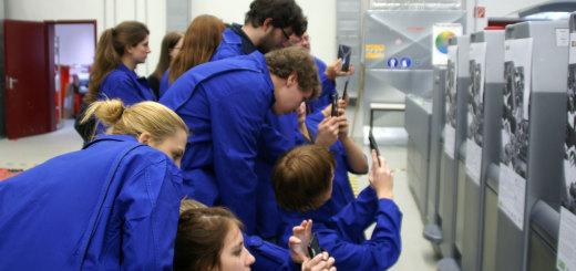 Teinehmer/innen von teachfurture Erproben die SAL-Lernanwendung mit Tablets an der Druckmaschine